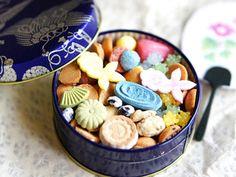 夏に好評だった金魚缶。 綺麗なお菓子の金魚が涼しげです。 完売してしまうので、四季折々の缶は迷わず早めに購入してくださいね。