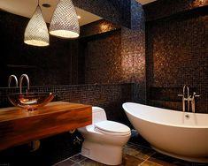 Baños modernos, oasis de color y descanso.