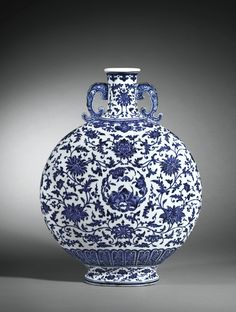 blue and white porcelain moonflask, china - qing dynasty, qianlong mark 1736 - 1795 Blue And White China, Blue China, Porcelain Ceramics, White Ceramics, Art Asiatique, Blue Pottery, Chinese Ceramics, Qing Dynasty, Chinese Antiques