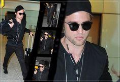 Robert Pattinson Desembarcando No Aeroporto de Londres 05.08.2014  Robert Pattinson desembarcou nesta terça-feira, 05 de agosto, no Aeroporto Internacional de Londres! O ator vai promover seu último filme The Rover no Reino Unido, que será lançado em 15 de agosto. Abaixo, seguem algumas imagens em HQ da aparição: