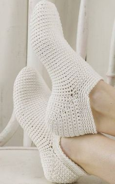 Varrettomat virkatut sukat I have made these, so easy. Easy Crochet Slippers, Crochet Slipper Pattern, Crochet Socks, Knitting Socks, Crochet Clothes, Diy Clothes, Knit Crochet, Modern Crochet, Love Crochet