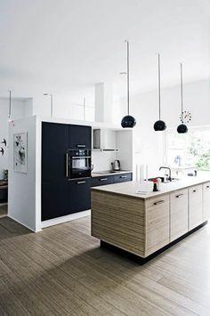 En skøn blanding af loppefund, design og masser af træ sørger for, at det nybyggede, moderne hus har en hyggelig og varm atmosfære. Kig med indenfor i boligen, der huser en familie på fem.