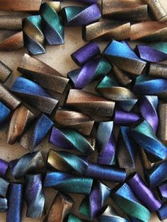 Art from my Heart: Extruder Beads- Spiral metallic Tubes - tutorial - Marie Segal Polymer Clay Kunst, Polymer Clay Tools, Polymer Clay Canes, Polymer Clay Projects, Polymer Clay Creations, Polymer Clay Beads, Clay Clay, Resin Crafts, Clay Extruder