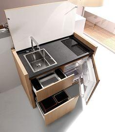 Das ist doch mal eine stylische Miniküche, oder? Komplett mit Spüle, Induktionsherd, Kühlschrank und Stauraum unter der Spüle ist praktisch alles da, was man so von einer Küche erwartet. Und das sogar in ziemlicher Luxusausführung. Aber das Coolste ist sic