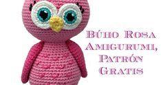 Patrón gratuito para realizar un búho rosa amigurumi que se sostiene sobre sus patitas.
