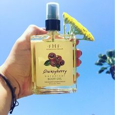 Moove over #Monday blues - we're kicking our week off with a glistening bottle of Quinsyberry Body Oil! Ready to hydrate and heal with a handful of antioxidants like Vitamin C - Quinsyberry is just what you need on a sunny, summer day like today.☀️Thank you, @intldayspa in Redlands, CA for this BEAUTY of a photo! Stop in to shop and treat yourself to all their FarmHouse Fresh products!