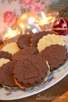 Gyerekkoromban a Vaníliás karikáért rajongtam, aztán felnőtt éveim alatt a Pilóta kekszet is megkedveltem. Talán van abban valami, hogy sej... Traditional Cakes, Christmas Sweets, Xmas, Hungarian Recipes, Crunches, Winter Food, Confectionery, Breakfast Recipes, Biscuits