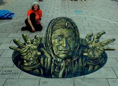 A 3D gypsy woman in chalk by Vera Bugatti from Italy (http://globalstreetart.com/vera-bugatti).