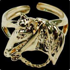 Anel Feminino Dourado Banhado a Ouro Cabeça de Cavalo  Anel banhado a ouro feminino, na cor dourada, com regulagem de tamanho. Peça possui detalhes em fino acabamento e destaque para a cabeça de cavalo. Super fashion que pode ser usado por mulheres de todas as idades. Essa peça exclusiva você encontra aqui nas Lojas Cowboys.