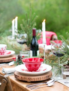 See how to create this beautiful and festive red and white Christmas tablescape by @splendidliving.