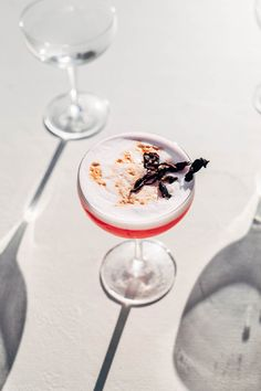 This hibiscus sour recipe is a twist on the classic Pisco sour! Made with hibiscus simple syrup it's floral and juicy, perfect for warm evenings. Cocktail Bitters, Sour Cocktail, Cocktail List, Cocktail Recipes, Drink Recipes, Citrus Juice, Fresh Lime Juice, Java, Jamaica Drink