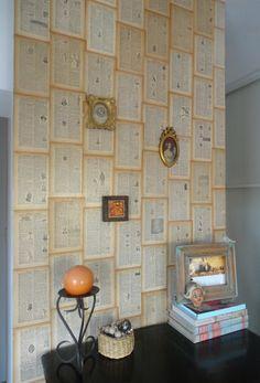 Forrar una paret amb fulls de llibre antic