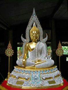 Phra Phutta Chinarat Thai Buddha Statue aus dem Wat Yai in Phitsanulok. Buddha Zen, Gautama Buddha, Buddha Buddhism, Buddhist Art, Thai Buddha Statue, Buddha Statues, Sell Your Gold, Religion, Spiritual Images