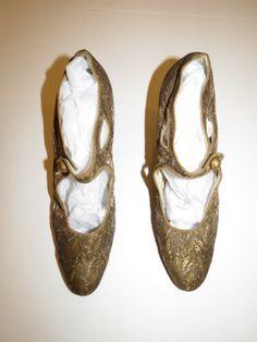 Hey, j'ai trouvé ce super article sur Etsy, chez https://www.etsy.com/fr/listing/215091831/arthur-wallace-annees-1920-or-chaussures