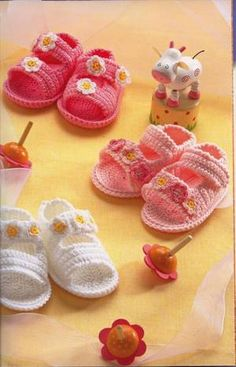 crochet baby shoes— so cute! Crochet Boots, Crochet Baby Booties, Crochet Slippers, Love Crochet, Crochet For Kids, Crochet Clothes, Crochet Sandals, Crochet Crafts, Yarn Crafts