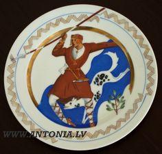 """Niklāvs Strunke (1894-1966) """"Senkareivis"""" 1933. Apgleznots porcelāna šķīvis """"Ripors"""", zeltījums. Diam. 25 cm Ls 1 500"""