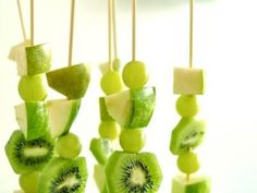All Green Fruit Skewers {St. Patrick's Day Food} These all green fruit skewers are yummy, healthy and festive! Perfect to serve on St. Patrick's Day! Deco Fruit, Fruit Skewers, St Patricks Day Food, Saint Patricks, Snacks Saludables, Green Fruit, Green Grapes, Funky Fruit, Green Melon