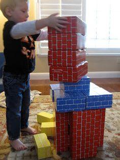 Schoorsteen bouwen met ingepakte dozen in schoorsteen papier