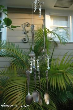 http://eleven-o-one.blogspot.com/2012/05/flatware-wind-chimes.html    Windchimes made of flatware