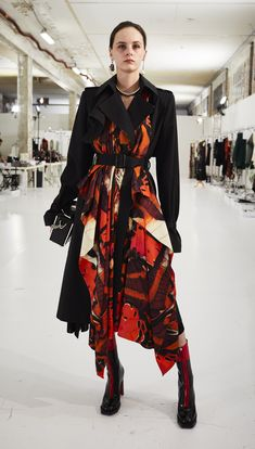 A trompe l'oeil tiger wing butterfly print trench coat. From the Alexander McQueen Autumn/Winter 2018 collection Butterfly Fashion, Butterfly Dress, Butterfly Print, Star Fashion, Runway Fashion, High Fashion, Chic Outfits, Fashion Outfits, Fashion Brand