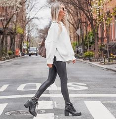 Outfits Leggins, Leggings Outfit Winter, Winter Boots Outfits, Casual Fall Outfits, Cute Outfits, Outfit Ideas With Leggings, Combat Boot Outfits, Girly Outfits, Black Leggings Fashion