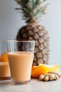 Mango, piña, zanahoria Smoothie 2 zanahorias medianas, finamente rallado en un rallador (o cortados en trozos si tiene una alta potencia licuadora) ½ taza / 70g congelada de mango 1/4 taza / 46g congelada de piña El jugo de la mitad de un zumo de naranja medio 4 oz / 113 g de yogur de leche entera (me gusta la leche de oveja aquí) ½ pulgadas pedazo de jengibre, pelado y rallado http://gourmandeinthekitchen.com/2015/tropical-sunshine-smoothie/