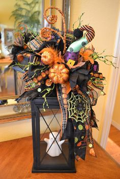 Kristens Creations: Fun And Whimsical Halloween Lantern Swag. [good way to use those lanterns from the wedding Patrick McFadden ] brujas halloween ideas Fröhliches Halloween, Whimsical Halloween, Adornos Halloween, Diy Halloween Decorations, Holidays Halloween, Halloween Wreaths, Fall Decorations, Diy Halloween Lanterns, Halloween Centerpieces