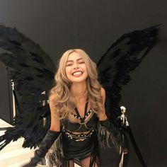 girl, angel, and black image Trendy Halloween, Halloween Inspo, Fairy Halloween Costumes, Halloween Outfits, Black Angel Halloween Costume, Celebrity Halloween Costumes, Lily Maymac, Modelos Fashion, Halloween Disfraces