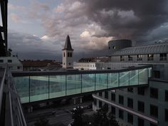 SOLID architecture designed a bridge that is enclosed on all sides to connect the two buildings Rennweg 44 and 46 at the fifth upper floor, 17 metres above the Kleistgasse in the third district of Vienna. Bridges Architecture, Cultural Architecture, Architecture Photo, Contemporary Architecture, Glass Bridge, Arch Bridge, Pedestrian Bridge, Sky Bridge, Atrium Design
