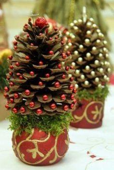 (pino-cono-Navidad-árbol-praktic-ideas-3)  http://www.prakticideas.com/diy-miniature-pine-cone-christmas-tree/