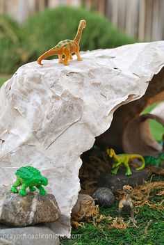 BC Language Arts Oral Language Paper Mache Dinosaur Cave by Crayon Box Chronicles. Easy to set-up dinosaur diorama explores small world play with a paper mache cave/tunnel craft and sensory materials. Dinosaur Projects, Dinosaur Activities, Dinosaur Crafts, Dinosaur Party, Craft Activities, Preschool Dinosaur, Vocabulary Activities, Preschool Crafts, Dinosaur Diorama