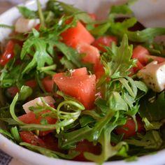 Somrig sallad till middagen?   Testa att blanda i frukt i salladen! Som denna goda kombo: Vattenmelon, tomater, rucola, pumpakärnor och lite fetaost. Ringla över lite balsamvinäger och olivolja. #vattenmelon #rucola #tomater #fetaost #sallad #variation #grönsaker #sommar