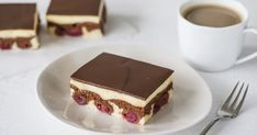 The classic: Donauwelle. With this recipe the marbled floor and the perfect chocolate glaze are guaranteed! The delicious pudding cream makes the cake perfect. The post Classic Donauwelle with pudding Baked Donut Recipes, Baking Recipes, Cake Recipes, Pudding Recipes, Keto Donuts, Baked Donuts, Chocolate Donuts, Chocolate Glaze, Easy Lasagna Recipe