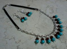Juego de collar y aretes en cuero, turquesa vidrio y níquel      / Turquoise, glass, nickel and leather necklace and earrings