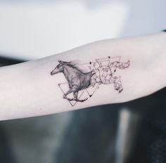 Geometrisches Pferd von Kakao bei Nando Tattoo Seoul - d r a w i n g - Tattoo Head Tattoos, Mini Tattoos, Body Art Tattoos, Small Tattoos, Sleeve Tattoos, Horse Tattoos, Tatoos, Small Horse Tattoo, Horse Tattoo Design