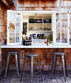 Cute, New England style bar (idea for modifying studio windows)idée dehors fenêtre cuisine