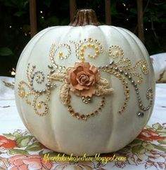 21 DIY no carve pumpkin ideas to decorate your home for Halloween. YOu're going to love these easy no carve pumpkins for seasonal holiday home decorating. These DIY Halloween home decor ideas and projects are so simple to r Diy Arts And Crafts, Fall Crafts, Holiday Crafts, Holiday Fun, Holiday Parties, Fall Wedding Decorations, Thanksgiving Decorations, Halloween Decorations, Wedding Ideas