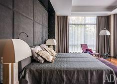 Хозяйская спальня. Кроватьи кресло, все Minotti. Торшер, Armani Casa.