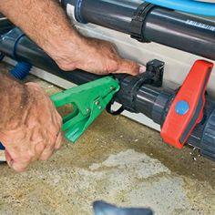 Utiliser des colliers de sertissage pour maintenir le câble derrière les nouveaux tuyaux PVC installés. Tube Pvc, Le Tube, Pac Piscine, Local Technique, Nerf, Outdoor Power Equipment, Pools, Pool Installation, Heat Pump System