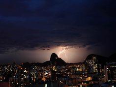 Vista do Pão de Açúcar com raios e chuva caindo em seu entorno, no final da tarde desta terça-feira (26), no Rio de Janeiro. (Foto: Alessandro Buzas/Futura Press/Estadão Conteúdo)