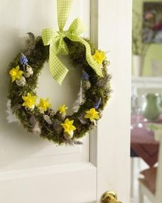 I love the earthy, bring-the-outdoors-indoors vibe of this timelessly pretty wreath. #Easter #spring #wreath #decor #decorations #eggs #greenery