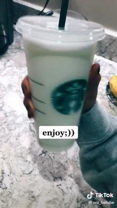 Starbucks Drinks Without Coffee, Starbucks Diy, Bebidas Do Starbucks, Healthy Starbucks Drinks, Yummy Drinks, Yummy Snacks, Vanilla Bean Frap Recipe, Starbucks Frappuccino Recipe Vanilla, Comida Diy