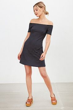 "Urban Outfitters – Geripptes, schulterfreies Kleid ""Odelia"" in Marineblau - Urban Outfitters"