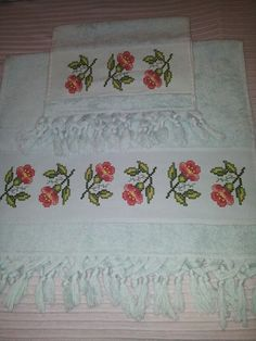This post was discovered by R Crochet Flower Patterns, Crochet Flowers, Embroidery Patterns, Beaded Cross Stitch, Bargello, Diy And Crafts, Vintage Fashion, Stitches, Embroidered Towels
