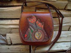 "Leather bag with hand painting   Кожаная сумка ""Два кота"" с авторским рисунком — работа дня на Ярмарке Мастеров. https://www.livemaster.ru/laraproduction   #handmade #craft #livemaster #ярмаркамастеров #ручнаяработа #рукоделие #хендмейд #работадня #leather #bag #cats #love #painting #сумка"