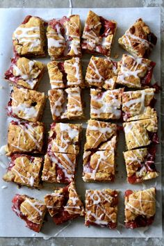 Rabarbrakake i langpanne Er 5, Brownie Bar, Food To Make, Cake Recipes, Cereal, French Toast, Food And Drink, Strawberry, Sweets