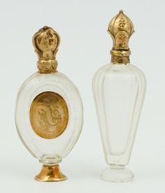 Twee geslepen kristallen parfumflacons met 14 krt. geelgouden monturen en doppen, waarvan 1 met stopje, Holland, tweede helft 19e eeuw