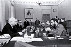 Fidel Castro acendendo um charuto usando dois relógios Rolex em um encontro com Khrushchev. Detalhe para a foto de Karl Marx ao fundo.