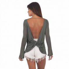 A modelagem mais fofa que existe! Com esse decote lindo nas costas, um tecido supeeeeeeer comfy e esse nózinho super estiloso fica difícil resistir! #moda #modafeminina #modacasual #regata #lookbasico #camisetabasica #decote #decotecostas #costasdecotada