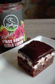 Gluténmentes tojáshabos csokis piskótaA tésztához Szafi Reform csokoládé ízű muffin lisztkeveréket használtam. A zacskón lévő leírás szerint egy adagot kevertem ki 140 gramm lisztkeverékből, és 25x21 cm-es (belső méret)